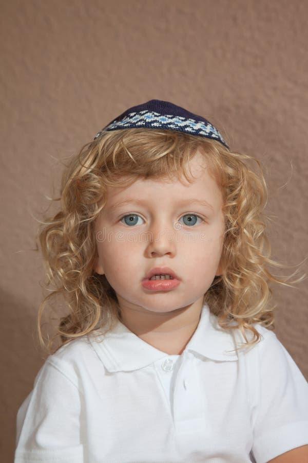 Το μικρό παιδί με τα μπλε μάτια στον εβραϊκό πλεκτό σκούφο στοκ εικόνες με δικαίωμα ελεύθερης χρήσης