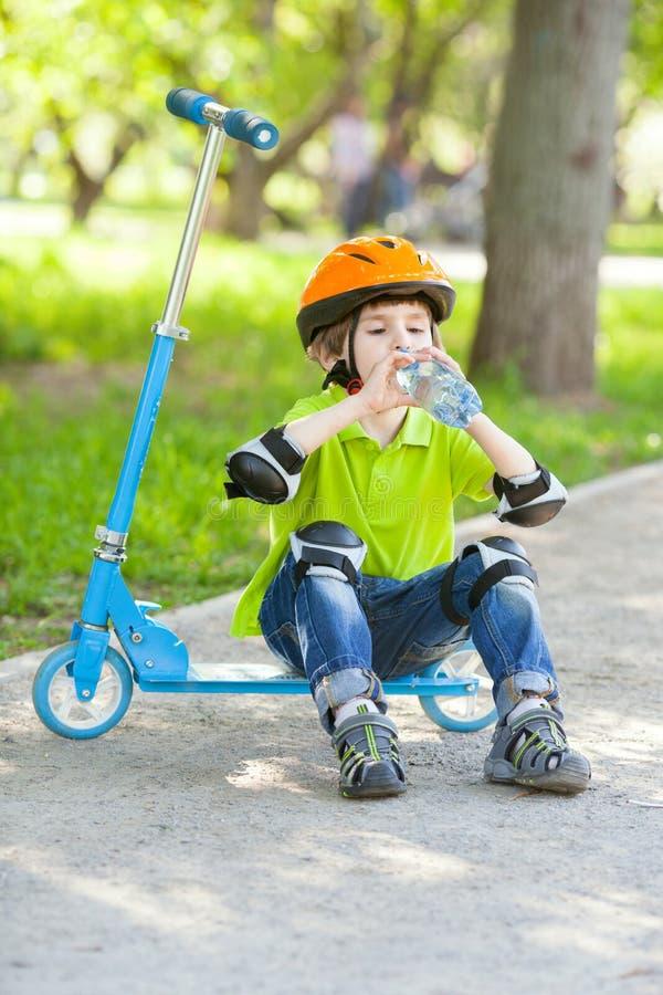 Το μικρό παιδί πίνει το νερό από το πλαστικό μπουκάλι στοκ εικόνα με δικαίωμα ελεύθερης χρήσης