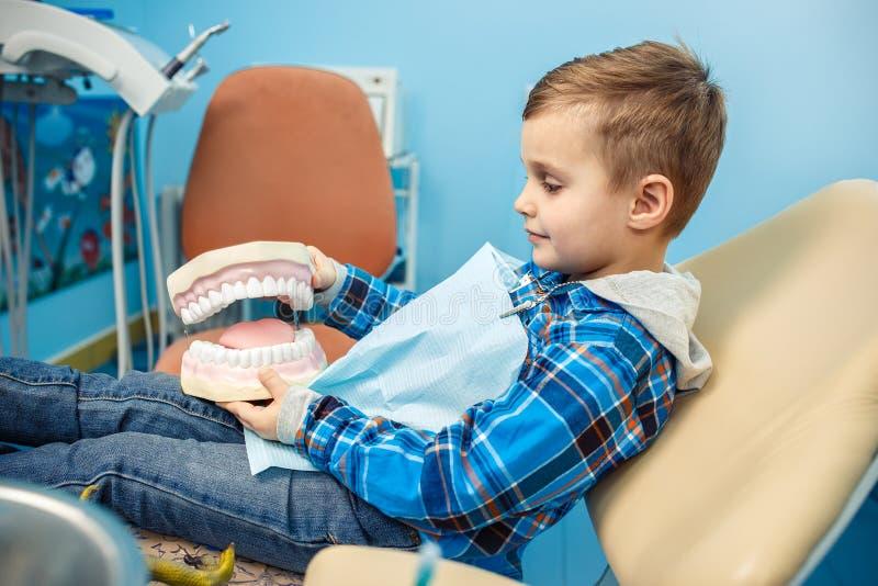 Το μικρό παιδί παίρνει την οδοντοστοιχία σε ετοιμότητα του στοκ φωτογραφίες