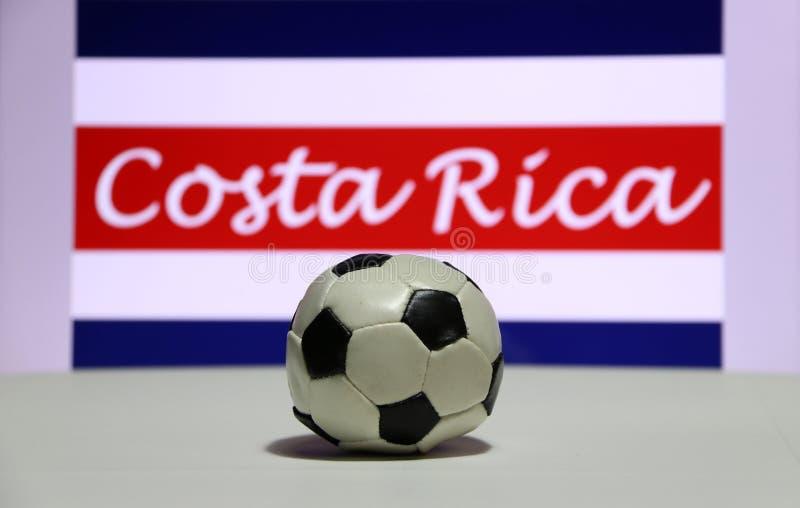 Το μικρό ποδόσφαιρο στο άσπρο πάτωμα και το από την Κόστα Ρίκα έθνος σημαιοστολίζουν με το κείμενο του υποβάθρου της Κόστα Ρίκα στοκ φωτογραφίες με δικαίωμα ελεύθερης χρήσης
