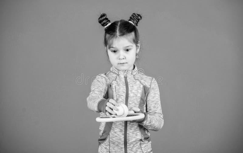 Το μικρό cutie συμπαθεί την αντισφαίριση Λίγο φίλαθλο παιχνίδι αντισφαίρισης παιχνιδιού κοστουμιών μωρών Με διδάξτε πώς να παίξει στοκ φωτογραφίες με δικαίωμα ελεύθερης χρήσης