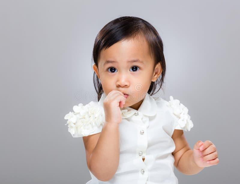 Το μικτό μωρό φυλών απορροφά το δάχτυλο στοκ εικόνες με δικαίωμα ελεύθερης χρήσης
