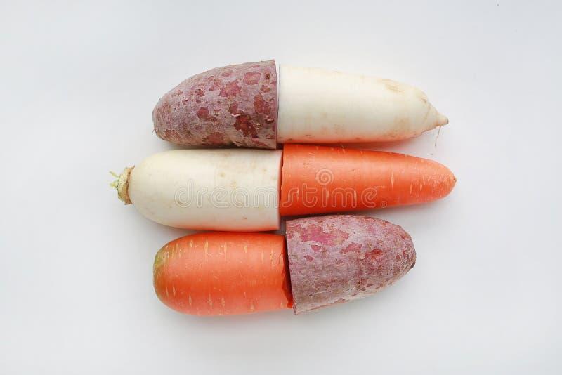 Το μισό περικοπών από το φρέσκο καρότο, το ραδίκι και τη γλυκιά πατάτα στο άσπρο υπόβαθρο στοκ φωτογραφίες με δικαίωμα ελεύθερης χρήσης
