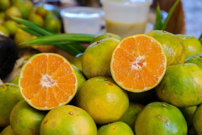 Το μισό πορτοκάλι στοκ εικόνες