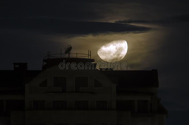 Το μισό φεγγάρι πηγαίνει κάτω από κοντά στο κτήριο τη νύχτα Κλείστε επάνω την άποψη του πραγματικού μισού φεγγαριού στο Μπακού Αζ στοκ εικόνες