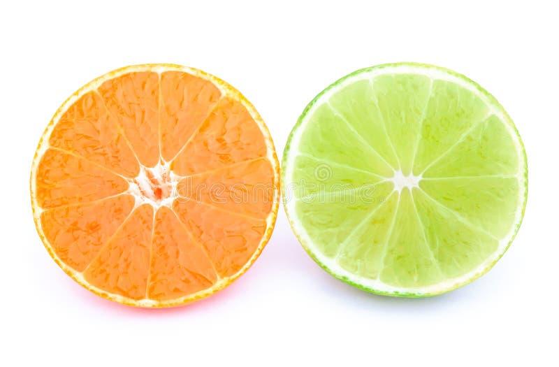 Το μισό tangerine και τον ασβέστη που απομονώνονται από στοκ εικόνες
