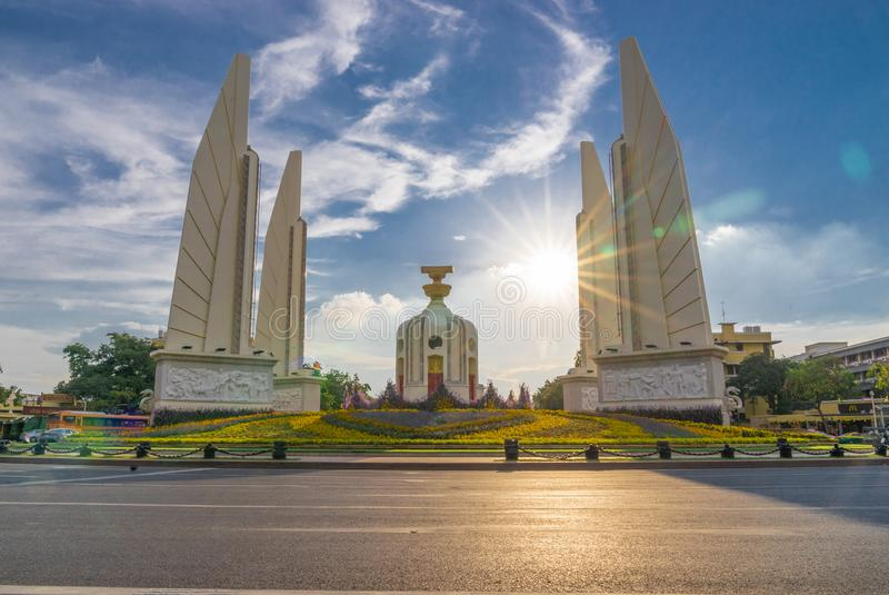 Το μνημείο δημοκρατίας είναι ένα δημόσιο μνημείο στο κέντρο της Μπανγκόκ ως μνημείο στη αλλαγή κυβέρνησης από απόλυτο στοκ φωτογραφία με δικαίωμα ελεύθερης χρήσης