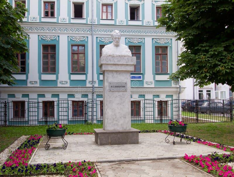 Το μνημείο ΕΙΝΑΙ Nikitin μπροστά από το λογοτεχνικό μουσείο σε Voronezh, Ρωσία στοκ εικόνες
