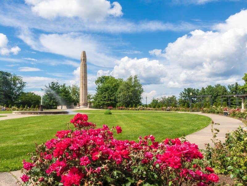 Το μνημείο Πρώτου Παγκόσμιου Πολέμου πίσω από ένα κόκκινο αυξήθηκε στο πάρκο Hill ξύλων καρυδιάς στη Νέα Βρετανία, Κοννέκτικατ στοκ φωτογραφίες με δικαίωμα ελεύθερης χρήσης