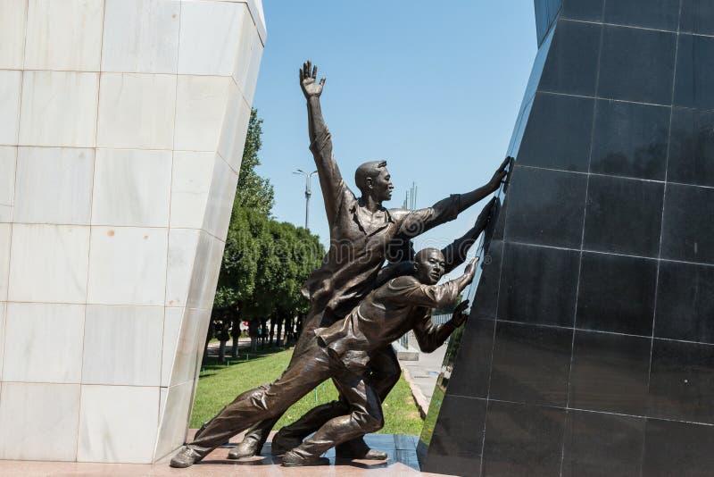 Το μνημείο σε Bishkek, Κιργιστάν στη μνήμη εκείνοι σκότωσε σε Aksy το 2002 και τον Απρίλιο του 2010 όταν ήταν η κυβέρνηση του Κιρ στοκ φωτογραφία