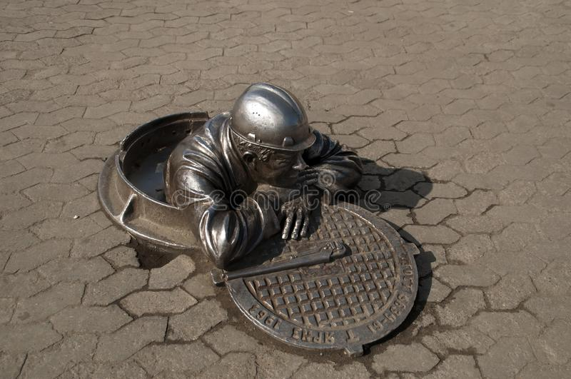 Το μνημείο στον υδραυλικό Stepanych, τιμά τις συνεισφορές των υπαλλήλων να κρατήσει τη αστική περιοχή επάνω α στοκ εικόνα με δικαίωμα ελεύθερης χρήσης