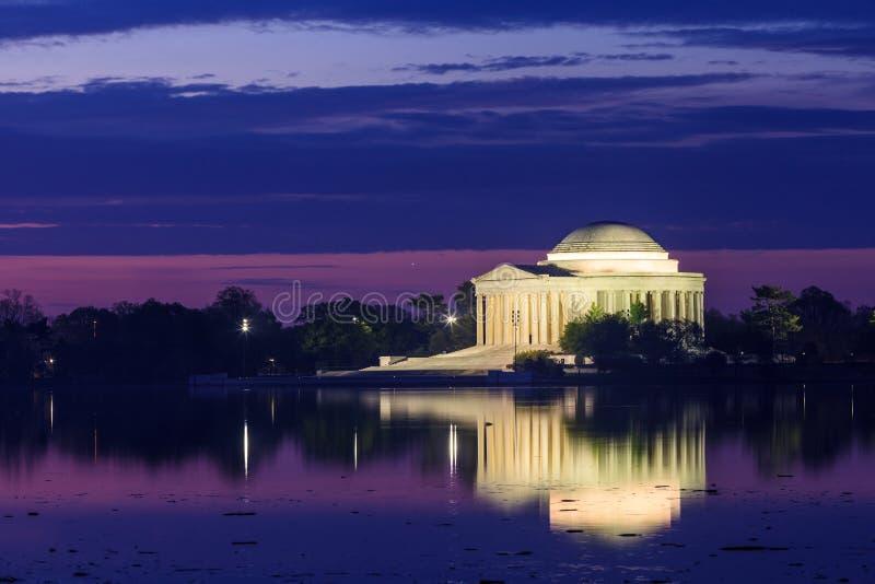 Το μνημείο του Jefferson κατά τη διάρκεια του φεστιβάλ ανθών κερασιών στο συνεχές ρεύμα στοκ φωτογραφίες