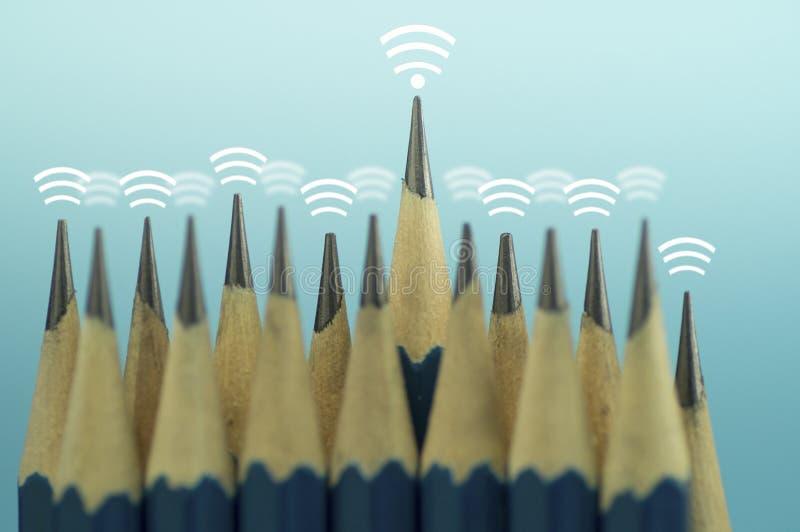 Το μολύβι και το σήμα του κύματος Διαδικτύου του ασύρματου εικονιδίου στην κορυφή, έννοια του ελέγχου ηγετών γύρω και συνδέουν στ στοκ εικόνες