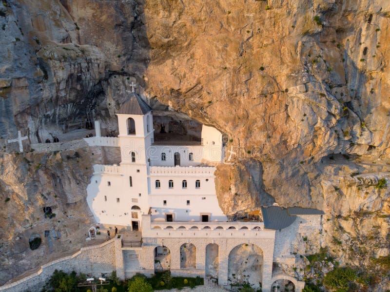 Το μοναστήρι Ostrog είναι ένα μοναστήρι της σερβικής Ορθόδοξης Εκκλησίας που τοποθετείται ενάντια σε έναν σχεδόν κάθετο βράχο Ost ελεύθερη απεικόνιση δικαιώματος