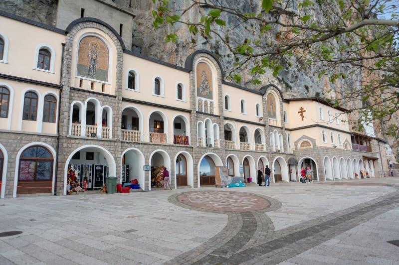 Το μοναστήρι Ostrog είναι ένα μοναστήρι της σερβικής Ορθόδοξης Εκκλησίας που τοποθετείται ενάντια σε έναν σχεδόν κάθετο βράχο Ost στοκ εικόνες