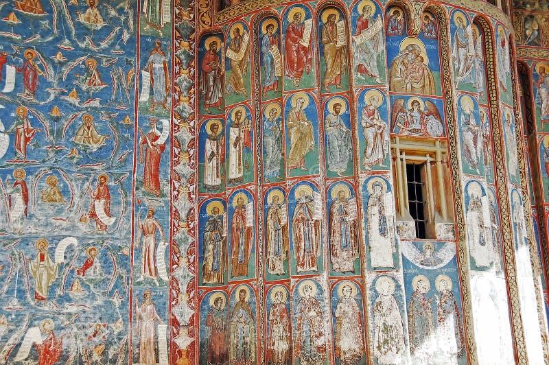 Το μοναστήρι Voronet. Λεπτομέρειες των χρωματισμένων εξωτερικών τοίχων. στοκ εικόνες