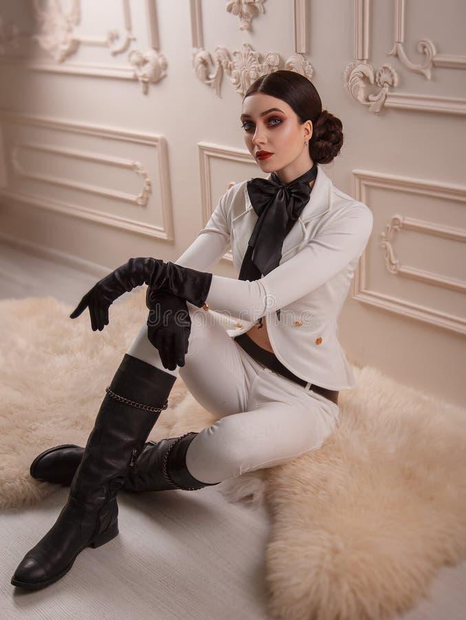 Το μοντέρνο κορίτσι σε έναν αναβάτη κοστουμιών θέτει στοκ φωτογραφία με δικαίωμα ελεύθερης χρήσης