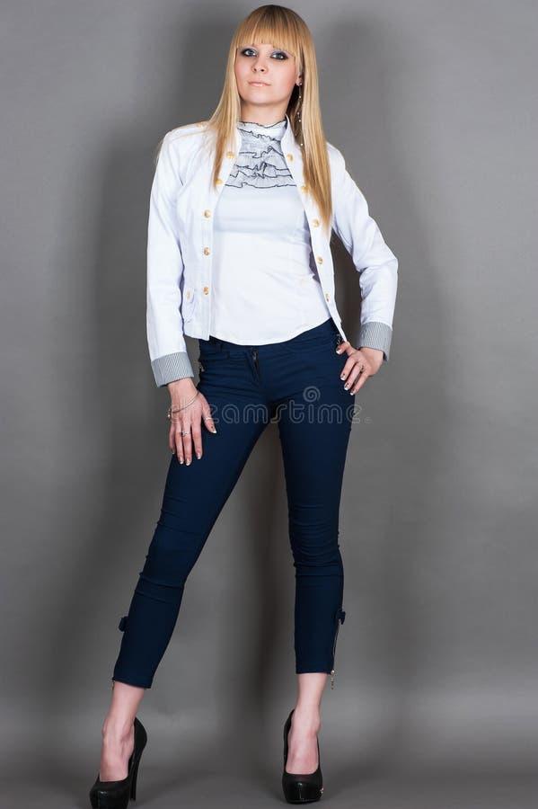 Το μοντέρνο κορίτσι στέκεται στο πλήρες μήκος στοκ εικόνες