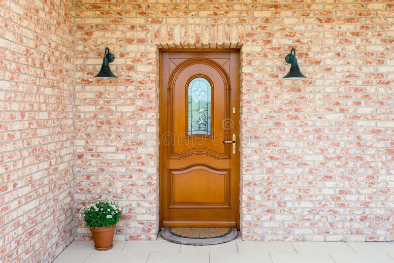 Το μοντέρνο ξύλινο μέτωπο - πόρτα εισόδων σε ένα αποσυνδεμένο σπίτι - ενσωματώνει στοκ εικόνες με δικαίωμα ελεύθερης χρήσης