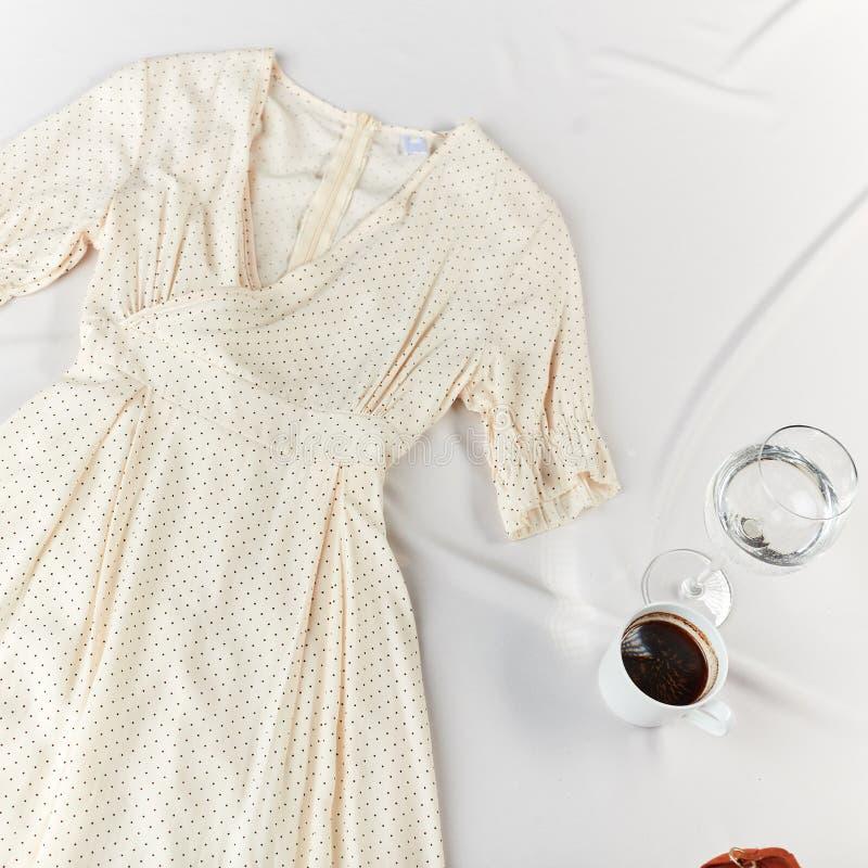 Το μοντέρνο περιστασιακό άσπρο φόρεμα καθιστά σας την αίσθηση άνετη και για να είναι όμορφο στοκ φωτογραφία με δικαίωμα ελεύθερης χρήσης