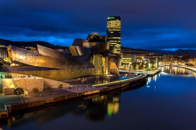 Το μουσείο Γκούγκενχαϊμ Μπιλμπάο τή νύχτα στοκ εικόνα
