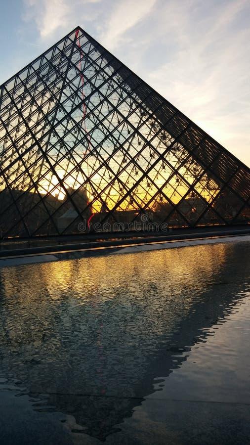 Το μουσείο του Λούβρου βρίσκεται στο γαλλικό κύριο Παρίσι στοκ φωτογραφία με δικαίωμα ελεύθερης χρήσης