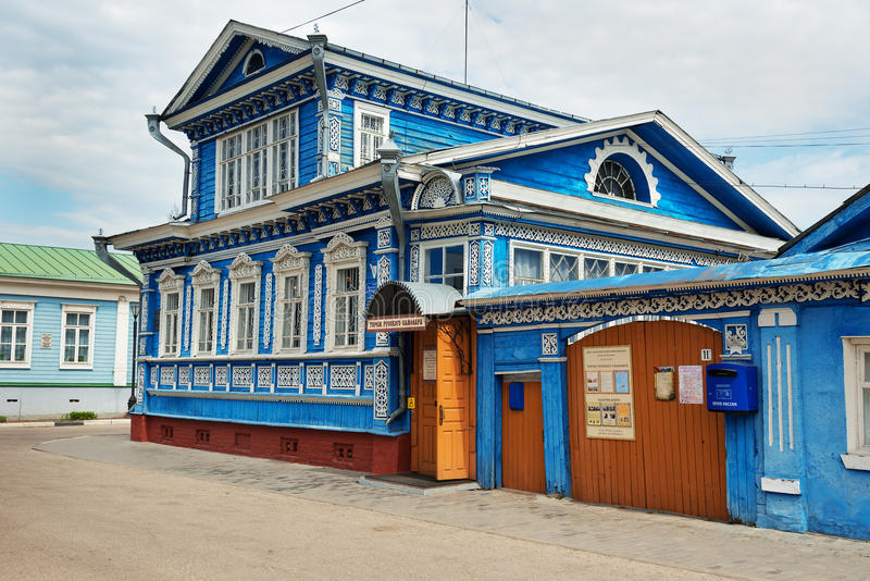 Το μουσείο των σαμοβαριών, παλαιό μπλε ξύλινο σπίτι με τα χαρασμένα σχέδια στοκ εικόνες