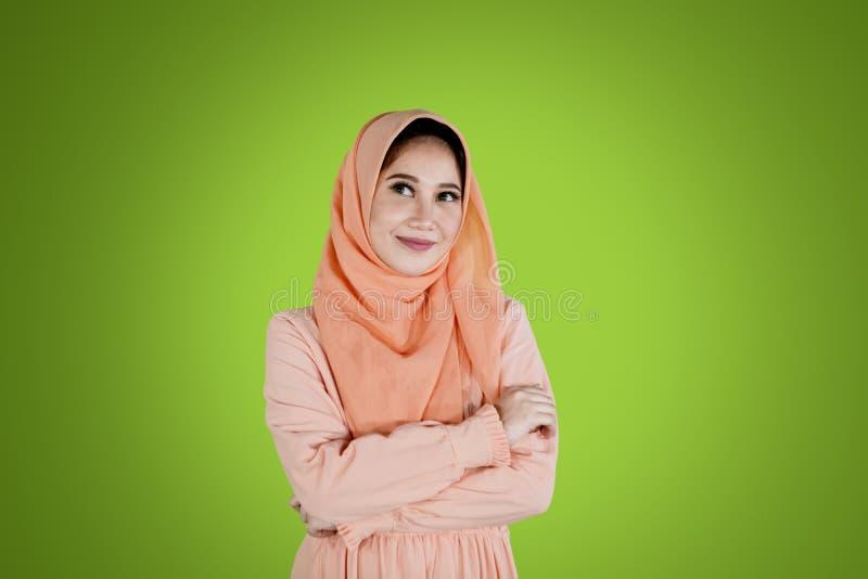Το μουσουλμανικό κορίτσι που διπλώνεται παραδίδει το στούντιο στοκ φωτογραφίες