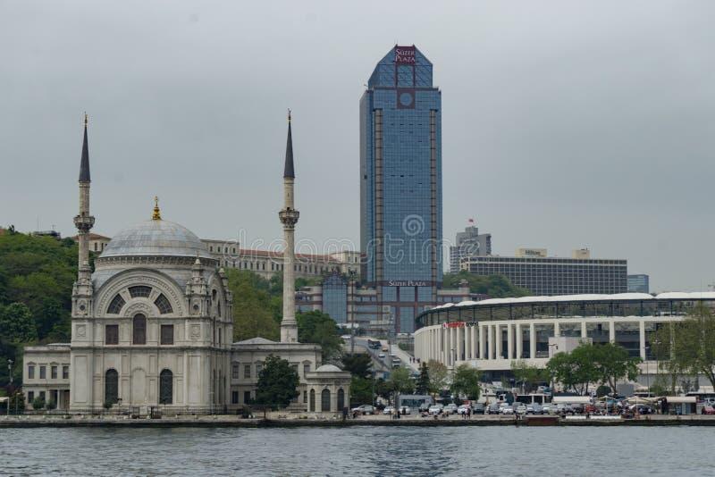Το μουσουλμανικό τέμενος Dolmabahce και το ξενοδοχείο ritz-Carlton με το πάρκο Vodafone στη Ιστανμπούλ στοκ εικόνες