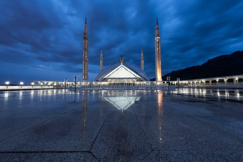 Το μουσουλμανικό τέμενος Masjid Shah Faisal στο λυκόφως, σύγχρονος ο ισλαμικός στοκ εικόνες