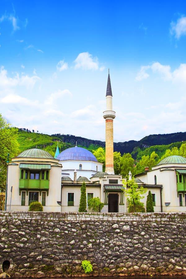 Το μουσουλμανικό τέμενος αυτοκρατόρων ` s στο Σαράγεβο, στις όχθεις του ποταμού Miljacki, Βοσνία-Ερζεγοβίνη στοκ φωτογραφίες με δικαίωμα ελεύθερης χρήσης