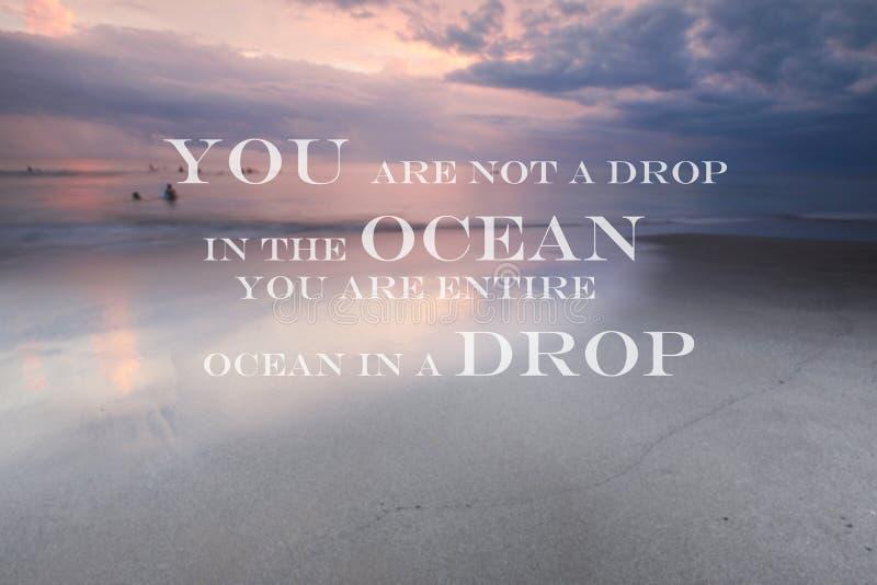 Το μουτζουρωμένο ηλιοβασίλεμα στην παραλία με το εμπνευσμένο απόσπασμα εσείς δεν είναι μια πτώση στον ωκεανό που είστε ολόκληρος  στοκ εικόνα