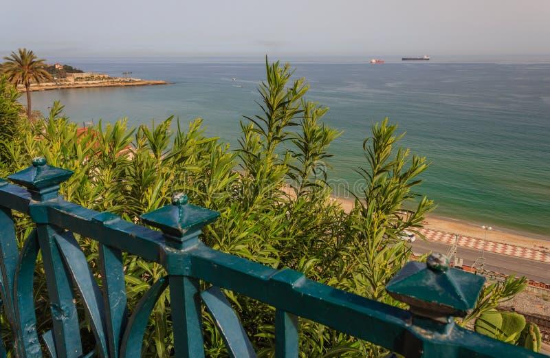Το μπαλκόνι στη Μεσόγειο με μια άποψη του κόλπου Tarragona, Ισπανία στοκ εικόνες