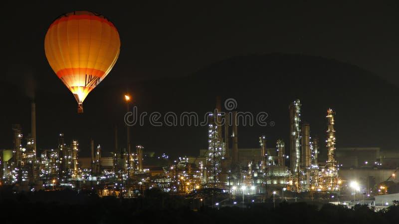 Το μπαλόνι ανακαλύπτει το διυλιστήριο πετρελαίου στο φωτισμό νύχτας στοκ φωτογραφία