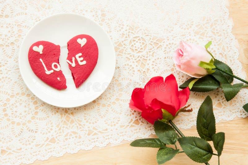 Το μπισκότο καρδιών Brocken της αγάπης και του πλαστικού αυξήθηκε στοκ φωτογραφία με δικαίωμα ελεύθερης χρήσης