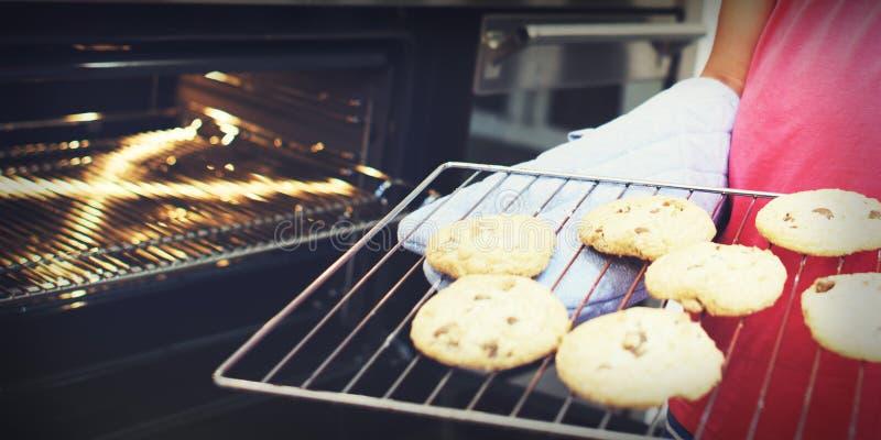 Το μπισκότο ψήνει την έννοια ελεύθερου χρόνου ανακαλύψεων επιδορπίων παιδιών αρτοποιείων στοκ φωτογραφίες