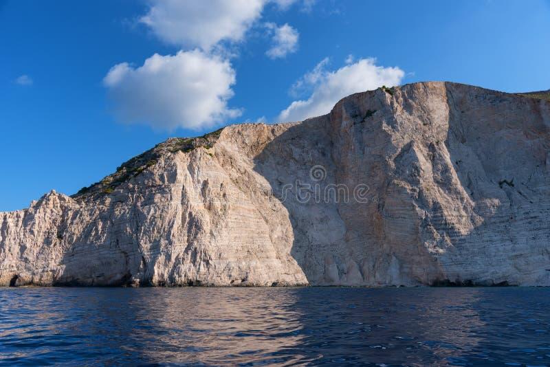 Το μπλε ανασκάπτει και μπλε νερό της ιόνιας θάλασσας στο νησί Ζάκυνθος στα σημεία της Ελλάδας και επίσκεψης Βράχοι στη σαφή μπλε  στοκ εικόνα με δικαίωμα ελεύθερης χρήσης