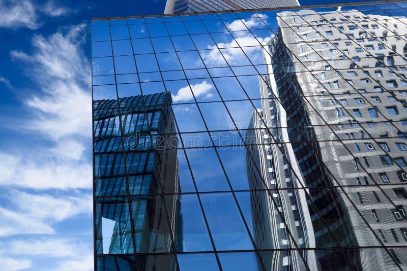 το μπλε κτήριο αντανάκλασε το σύγχρονο ουρανό στοκ φωτογραφία με δικαίωμα ελεύθερης χρήσης