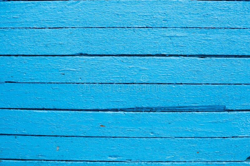 Το μπλε χρώμα έντυσε τους ξύλινους πίνακες πεύκων σε μια σειρά ως σύνθεση υποβάθρου κινηματογραφήσεων σε πρώτο πλάνο στοκ φωτογραφία με δικαίωμα ελεύθερης χρήσης