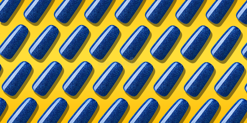 Το μπλε χρώμα στιλβωτικής ουσίας καρφιών σχεδίων με ακτινοβολεί Δημιουργική λάκκα καρφιών σχεδιαγράμματος στις άκρες στο πορτοκαλ στοκ φωτογραφία με δικαίωμα ελεύθερης χρήσης