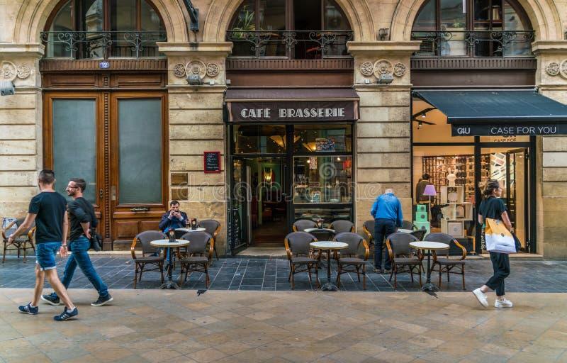 Το Μπορντώ, Γαλλία, 8 μπορεί το 2018 - τουρίστες και ντόπιοι περνώντας έναν καφέ στοκ εικόνα με δικαίωμα ελεύθερης χρήσης
