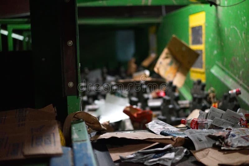 Το μπουκάλι κόκα κόλα πλησιάζει στον καταστροφέα εγγράφων χάλυβα στοκ εικόνα με δικαίωμα ελεύθερης χρήσης