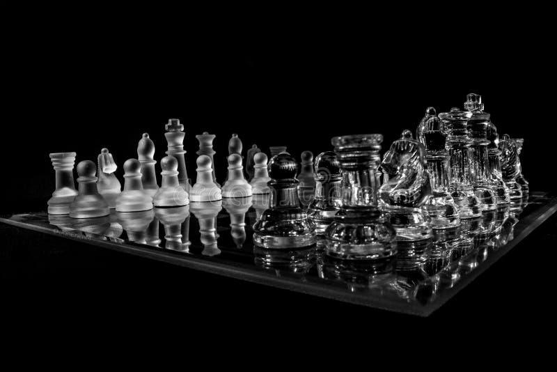 το μπλε γυαλί σκακιού ανασκόπησης που απομονώθηκε τόνισε το λευκό στοκ φωτογραφίες