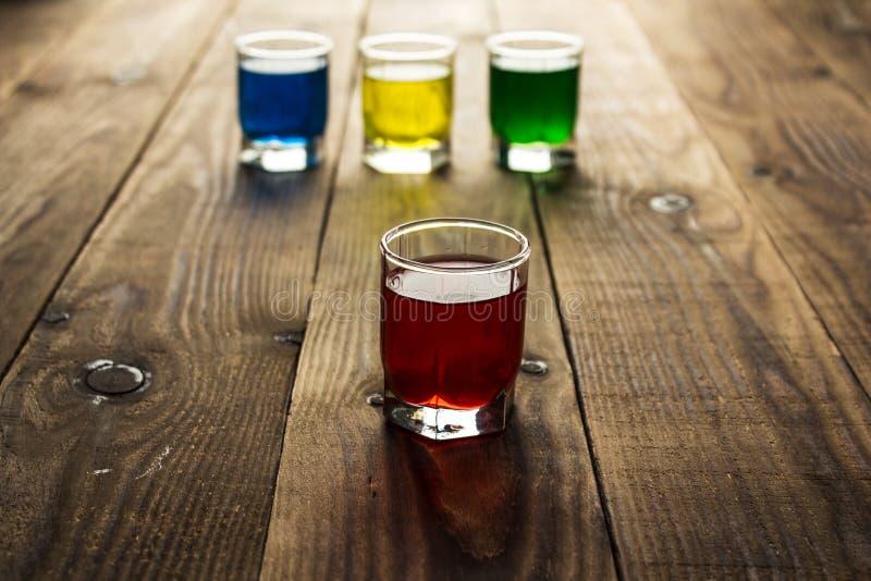 Το μπλε κιτρινοπράσινο κόκκινο οινόπνευμα πυροβόλησε τα ποτά στοκ φωτογραφία με δικαίωμα ελεύθερης χρήσης