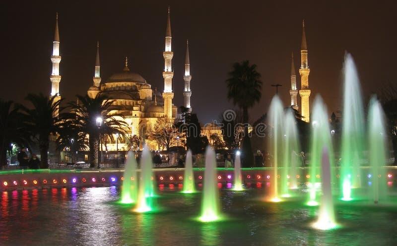 Το μπλε μουσουλμανικό τέμενος και η πηγή του Ahmed σουλτάνων μουσουλμανικών τεμενών φώτισαν πράσινο, Ιστανμπούλ, Τουρκία στοκ φωτογραφία με δικαίωμα ελεύθερης χρήσης