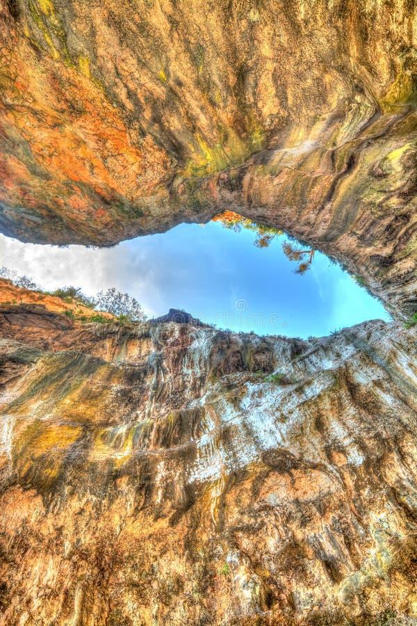 Το μπλε ουρανό που βλέπει throght τη σπηλιά στοκ εικόνα