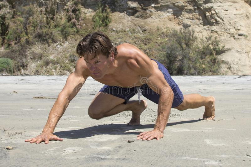 Το μυϊκό καυκάσιο άτομο που κάνει την αντίσταση αντέχει σέρνεται workout στοκ εικόνα