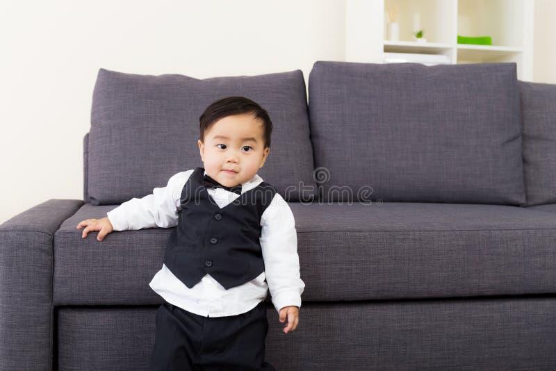 Το μωρό έντυσε σε ένα κοστούμι στοκ εικόνα
