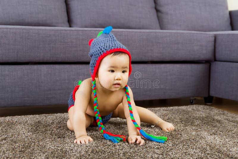 Το μωρό αισθάνεται την περιέργεια στοκ φωτογραφία