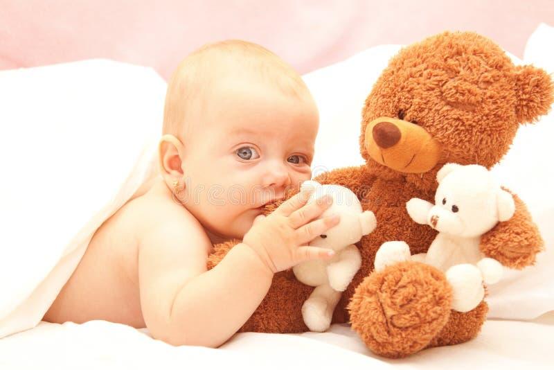 το μωρό αντέχει το κορίτσι ted στοκ φωτογραφία με δικαίωμα ελεύθερης χρήσης